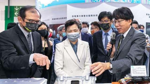 圖為工研院機械所所長胡竹生(左)為經濟部長王美花(中)介紹臺灣首款車用「碳化矽馬達驅控器」。(圖:工業技術與資訊月刊)