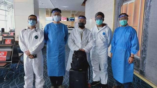 中鋼子公司中印最後留守的5名台籍主管,於22日抵達松山機場。(圖:中鋼提供)