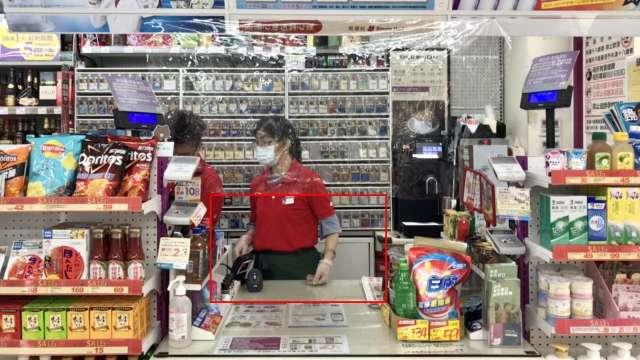 美廉社櫃台設置塑膠布防護,增加防疫阻隔。(圖:三商家購提供)