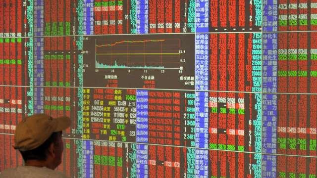 台股底氣強、中長期看好 定時定額佈局台股基金。(圖:AFP)