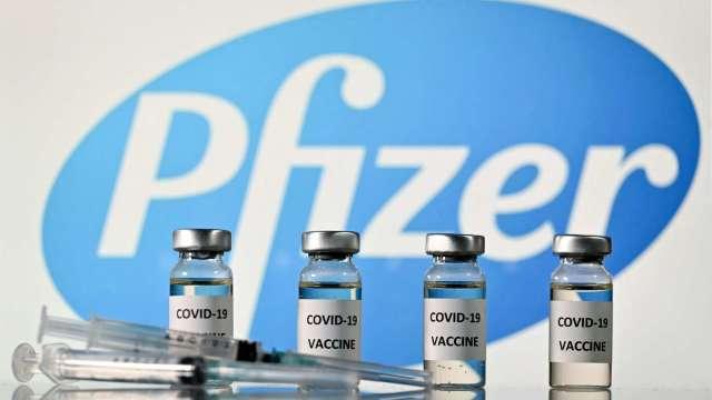 日本考慮放寬輝瑞疫苗接種年齡 12~15歲學童有望接受施打 (圖片:AFP)