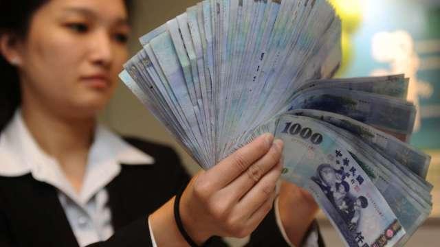 台幣午盤升7.8分暫收27.798元 挑戰近24年新高。(圖:AFP)