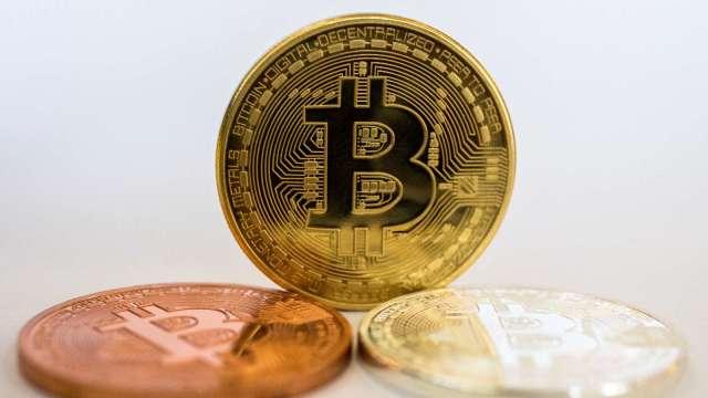 英當局打擊比特幣廣告:恐誤導大眾以為投資加密貨幣非常簡單 (圖片:AFP)