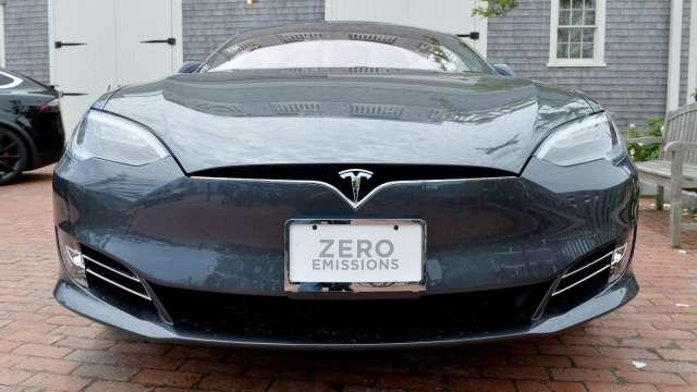 為確保車用晶片產能 傳特斯拉有意收購旺宏6吋廠 。(圖:AFP)