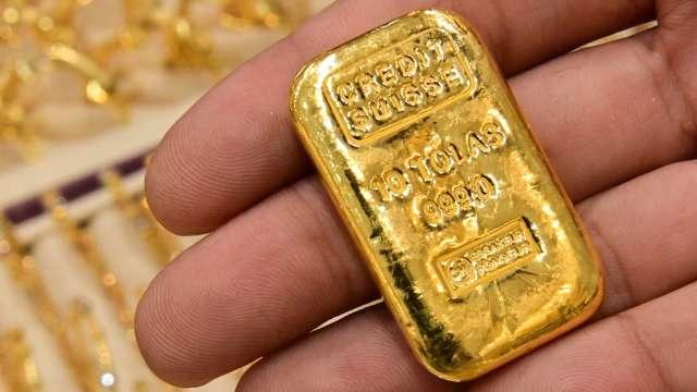 比特幣近腰斬後 黃金創去年夏季來最大單月漲幅 漲勢能否持續? (圖片:AFP)