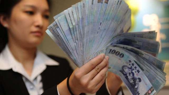 股匯雙漲 台幣觸及27.733元 改寫近24年新高。(圖:AFP)
