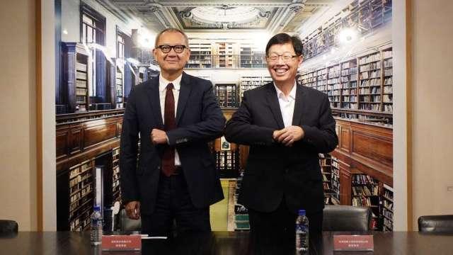 左起為國巨董事長陳泰銘及鴻海董事長劉揚偉。(圖:鴻海及國巨提供)
