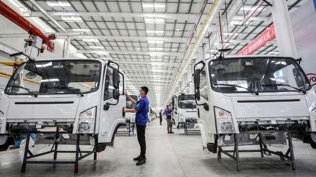 〈鴻準營業報告書〉配合鴻海推電動車、機器人新業務 今年目標三率三升。(圖:AFP)