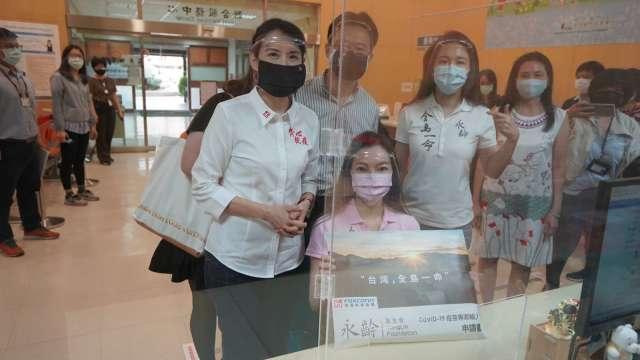 郭台銘團隊完成申請購買疫苗遞件。(圖:永齡基金會提供)