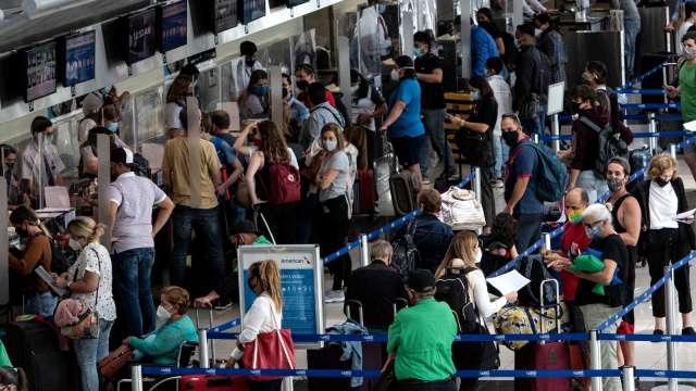 美國民眾連假報復性出遊 單日搭機人潮逾190萬人(圖片:AFP)