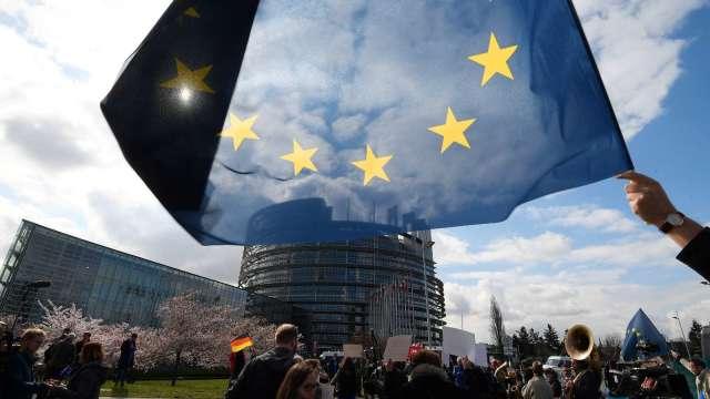 歐盟達成協議 強制大型跨國公司披露營收與納稅訊息(圖:AFP)