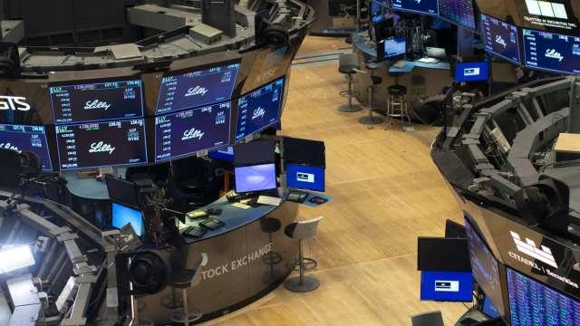 〈美股盤後〉Fed將售公司債 AMC狂飆逾95% 四大指數近乎持平。(圖片:AFP)