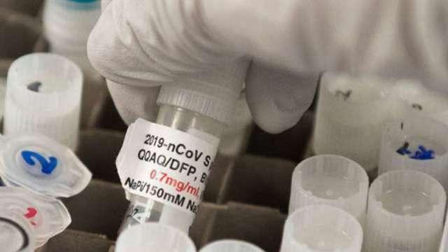 〈熱門股〉新冠疫苗紛擾未歇 高端市值單周蒸發逾300億元。(圖:AFP)