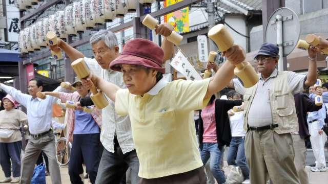 高齡社會下的成人親子衝突解方。(圖:AFP)