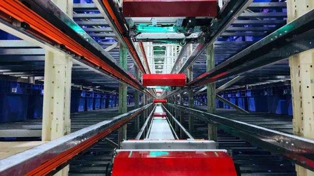 系統會分析訂單商品類型與數量,自動規劃最佳揀貨路徑,驅動穿梭車與垂直升降機跨樓層輸送,將儲放商品的物流箱帶往揀貨區。(Yahoo!奇摩提供)