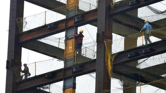 勞保局網站塞爆 勞動部:自營作業者7/5前登錄成功都有效。(圖:AFP)