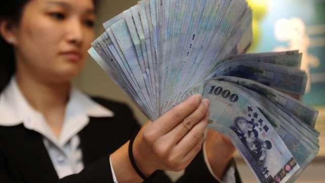 台幣一度衝破27.7元關卡 匯市交投清淡強升變小升。(圖:AFP)