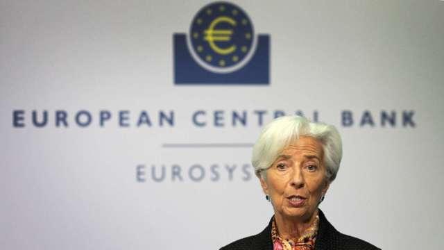 ECB維持利率不變、重申下季加速購債 拉加德:討論政策退場還太早 (圖:AFP)