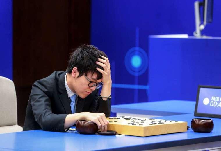 2016 年韓國棋王李世乭代表人類出戰 Google 的 AlphaGo,最終以一比四落敗。(圖片:AFP)