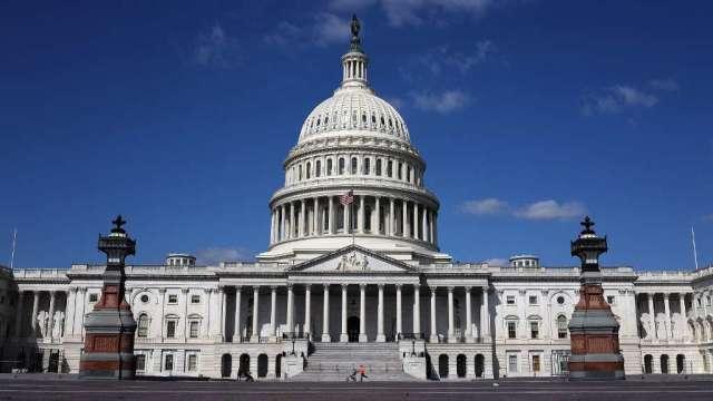 美兩黨參議員再推1.2兆美元無加稅新方案 僅考慮調高汽油稅(圖:AFP)