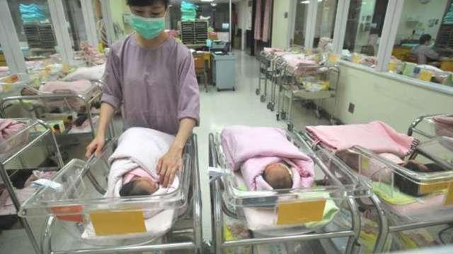 北大姚洋:「三胎」政策 擋不住出生率下降 (圖片:AFP)
