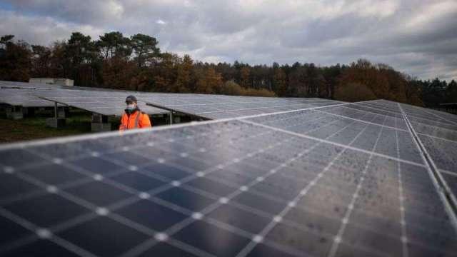 〈再生能源面挑戰〉模組出貨前夕逼漲價 系統公會提7點怒摃模組廠。(圖:AFP)