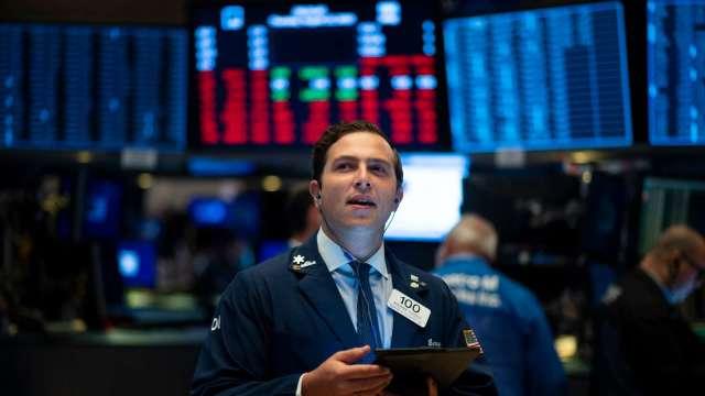歐美鬆綁經濟限制 帶動全球股市上漲。(圖:AFP)
