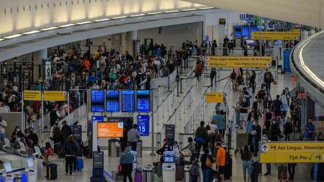 美國民眾旅遊意願回溫 單日全美機場客流量超過200萬人(圖片:AFP)