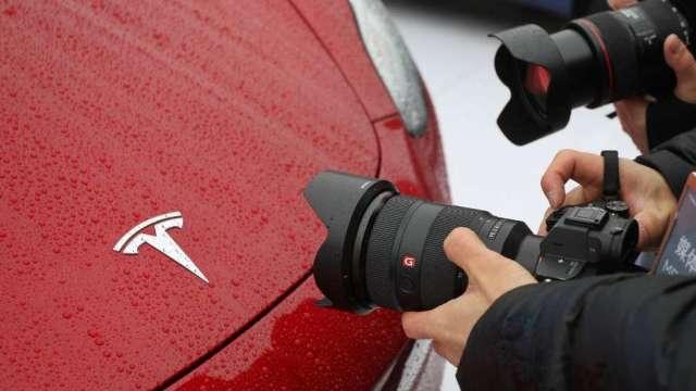 分析師:電池技術進展延遲 下調特斯拉目標價至812 美元(圖:AFP)