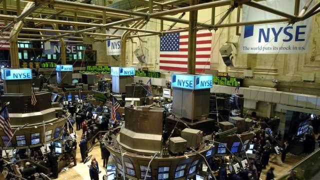〈美股早盤〉經濟數據好壞參半 美股開平後震盪走低 道瓊跌逾百點 (圖:AFP)