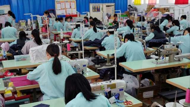 業者因疫情自主停業 勞動部:仍須給付勞工薪資。(圖:AFP)