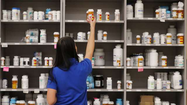 祛痰藥物有望緩解新冠病患症狀 友華捐增全台68家醫院。(圖:AFP)
