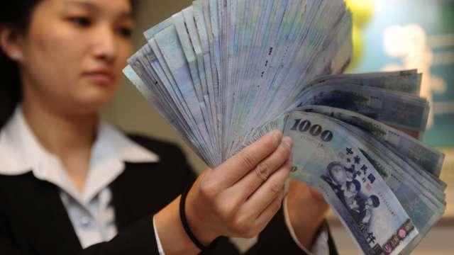 Fed利率決策出爐前股匯齊挫 台幣翻貶收27.691元。(圖:AFP)
