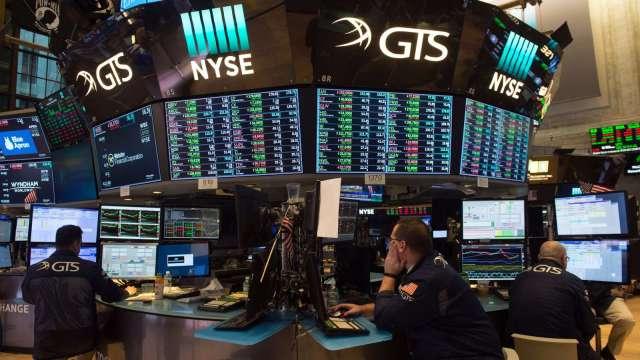 〈美股早盤〉美上週失業金意外回升 美股開平後走勢分歧 道瓊跌逾百點 (圖:AFP)