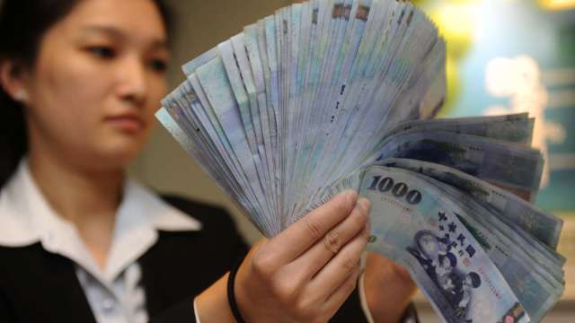 Fed轉鷹外資匯出 台幣連3貶收27.765元。(圖:AFP)