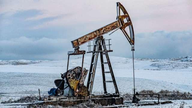 〈能源盤後〉 Fed轉鷹派 美元走強 原油摔落2年高點 (圖片:AFP)