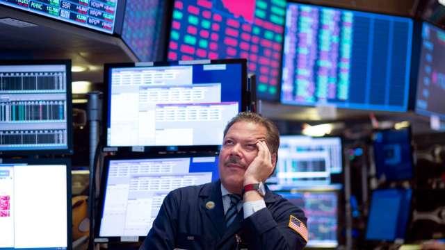 Fed再放鷹四巫日混亂 VIX急升美股黑壓壓。(圖片:AFP)