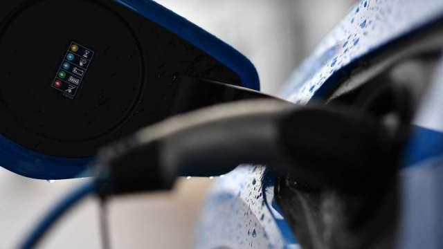 電動車熱潮持續 歐洲計劃提高電動車電池產能(圖片:AFP)