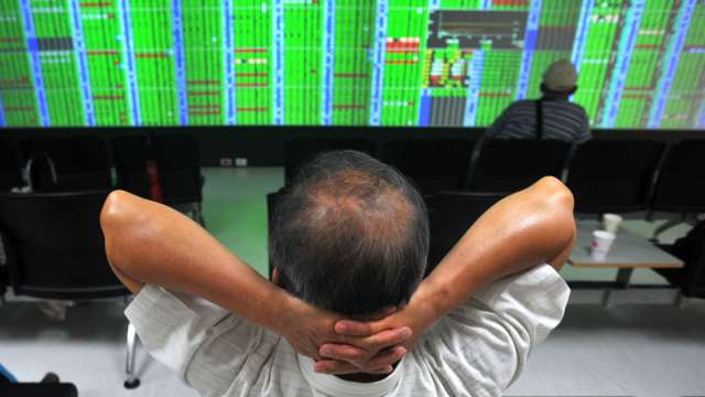 台積電、聯發科壓盤 台股跌255點收17062點險守月線。(圖:AFP)
