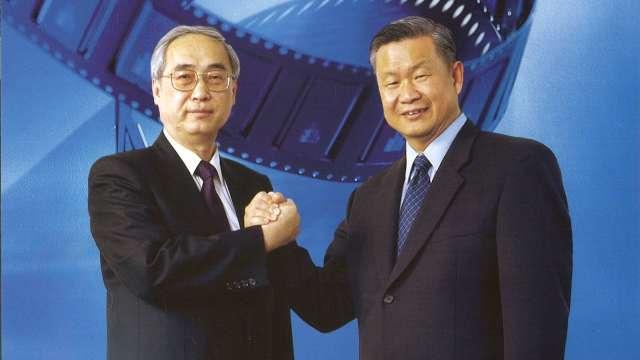 旺宏董事長吳敏求(右)緬懷前董座胡定華(左)台灣半導體業的貢獻。(圖:旺宏提供)