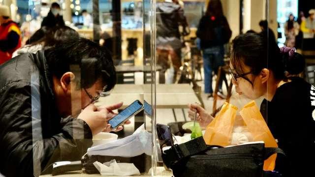 三級警戒影響顯著,5月餐飲業營業額重摔近2成。(圖:AFP)