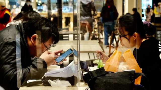 三級警戒延長不利餐飲業,經濟部估6月營業額將年減逾3成。(圖:AFP)
