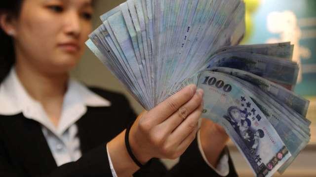 外資瘋狂匯出 台幣連7貶失守28元大關 創1個月新低。(圖:AFP)
