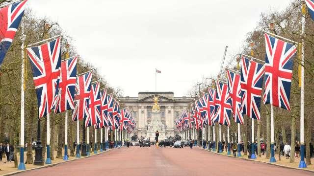 英國央行維持貨幣政策不變 稱通膨短期內可能突破3% (圖:AFP)