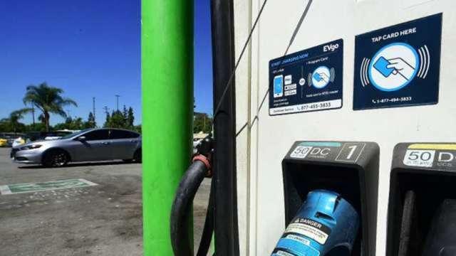 基建案兩黨終於獲共識!電動車投資規模下修 聚焦充電站、電動大巴 (圖:AFP)