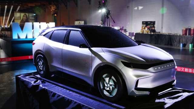 鴻海董事長劉揚偉表示,MIH聯盟目標是減少電動車一半開發時間及成本。(圖:鴻海提供)
