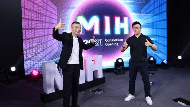 左起MIH聯盟執行長鄭顯聰及技術長魏國章。(圖:鴻海提供)