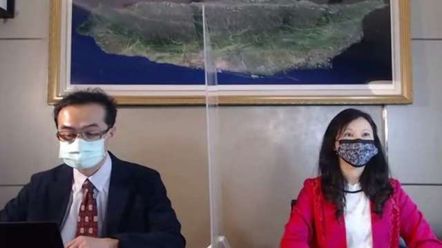 圖左為聯亞生技董事長特助彭文君、右為聯亞藥發言人范瀛云。(擷取自櫃買直播)