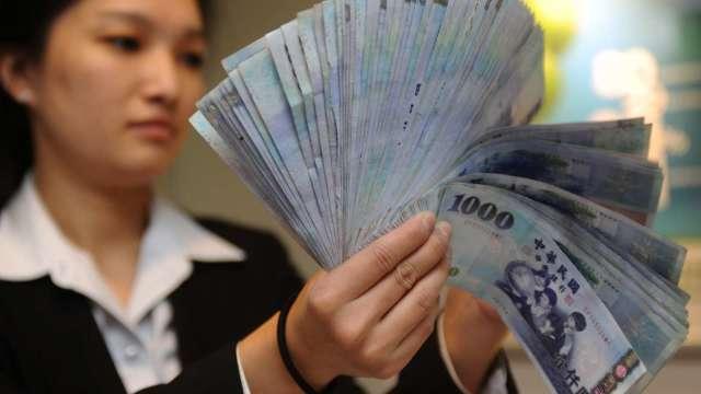 外資偏匯出 台幣終止連2升 微貶收27.91元。(圖:AFP)
