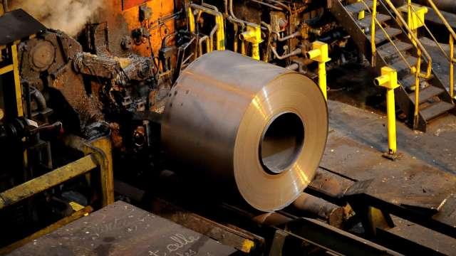 美國基建協議替鋼鐵點火 熱軋捲板價格登新高 (圖:AFP)